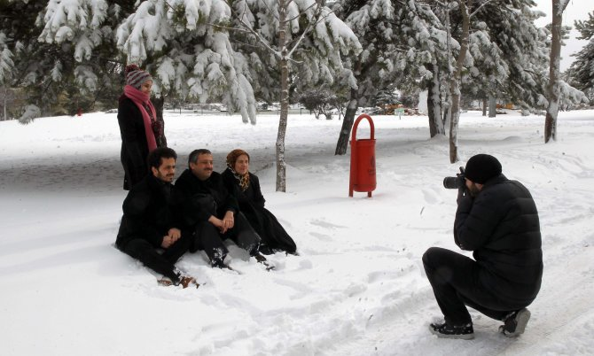 Başkent'teki parklarda kar keyfi