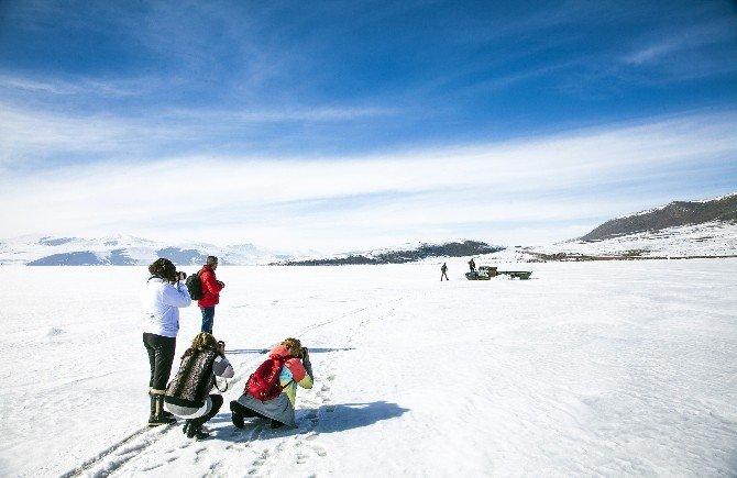 Çıldır Gölü Büyüleyici Güzelliğiyle Fotoğrafçıların İlgi Odağı Oldu