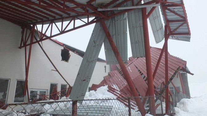 Hakkari'de baharda açılması beklenen sebze hali kar ağırlığına dayanamadı