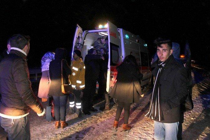 Sivas'ta Yolcu Otobüsü Şarampole Devrildi: 21 Yaralı