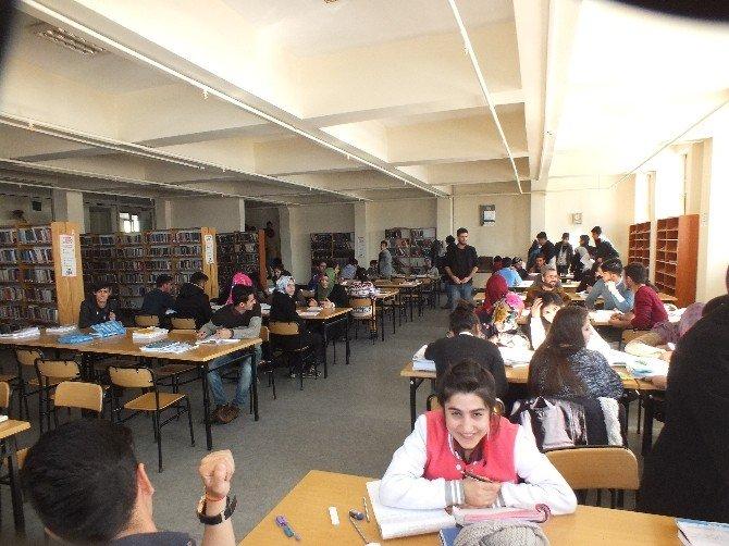 Halk Kütüphanesinde YGS Yoğunluğu