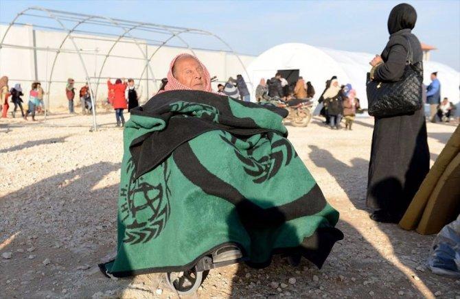 Suriye sınırında 15 bin kişi Türkiye'ye geçmek için bekliyor