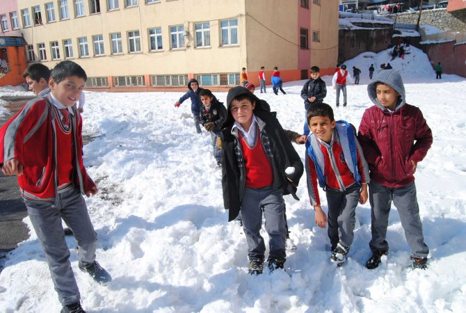 Hakkari'de kar yağışı yerini güneşli havaya bıraktı