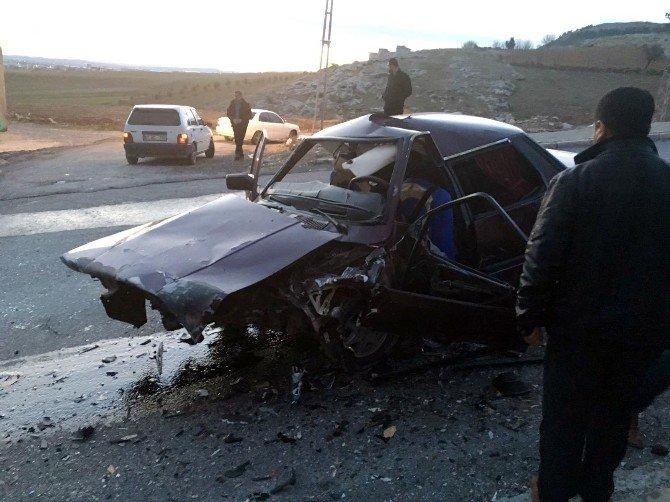 Otomobil İle Kamyonet Çarpıştı: 3 Yaralı