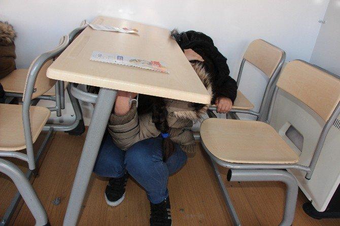 Öğrenciler Deprem Anını Yaşıyor