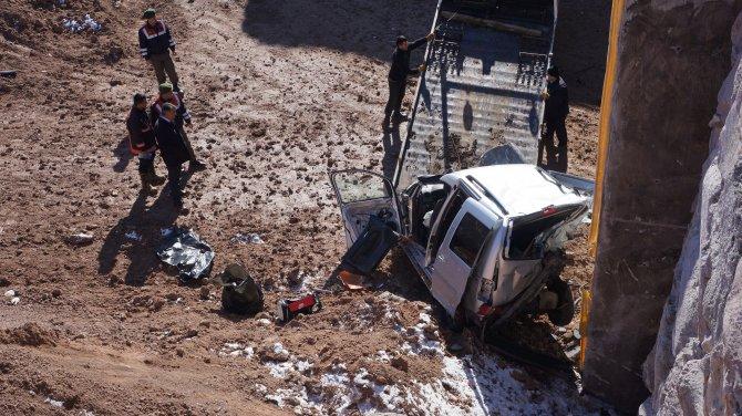 Araç, köprü inşaatından uçtu: 3 ölü