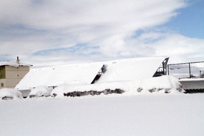 Ardahan'da Kar Nedeniyle Tribün Çatısı Çöktü