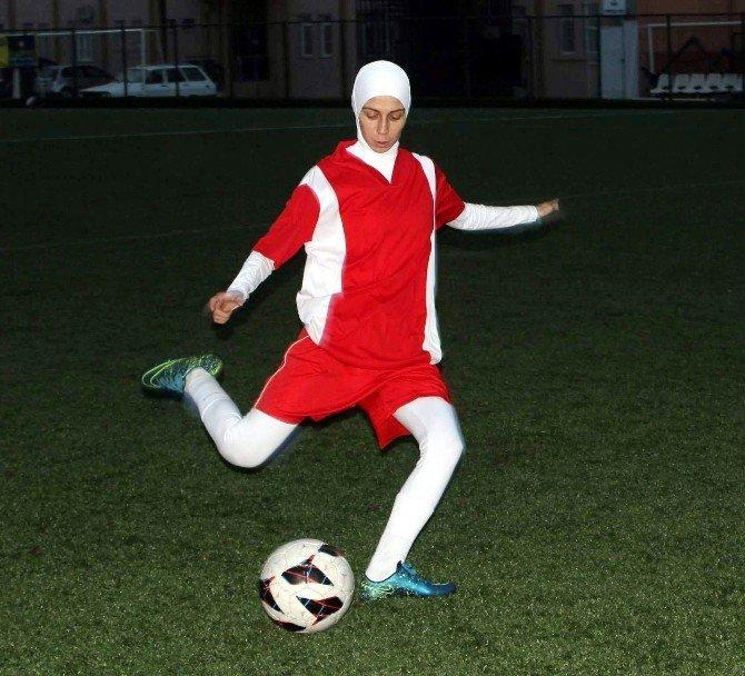 Türkiye'nin İlk Türbanlı Futbolcusu, Örtülü Kızlara Yeşil Sahanın Kapısını Açtı