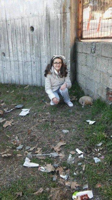 Bahçede Bulduğu Yavru Köpeğin Başında Yetkililerin Gelmesini Bekledi