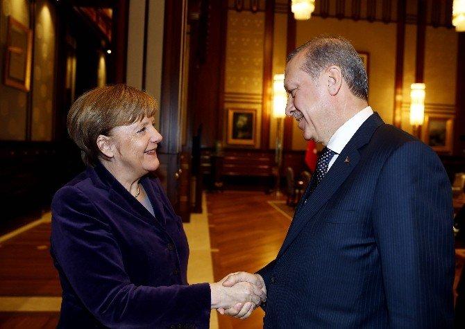 Almanya Başbakanı Merkel'e Külliye'de Sıcak Karşılama