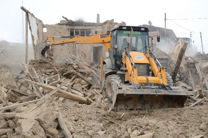 Darende Belediyesi, Tehlikeli Ve Metruk Binaları Yıkıyor