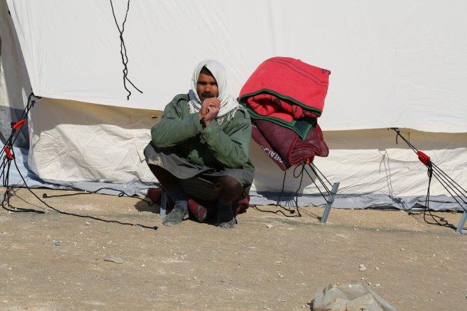 Sınırda bekleyen Suriyeliler Türkiye'ye geçmek istiyor