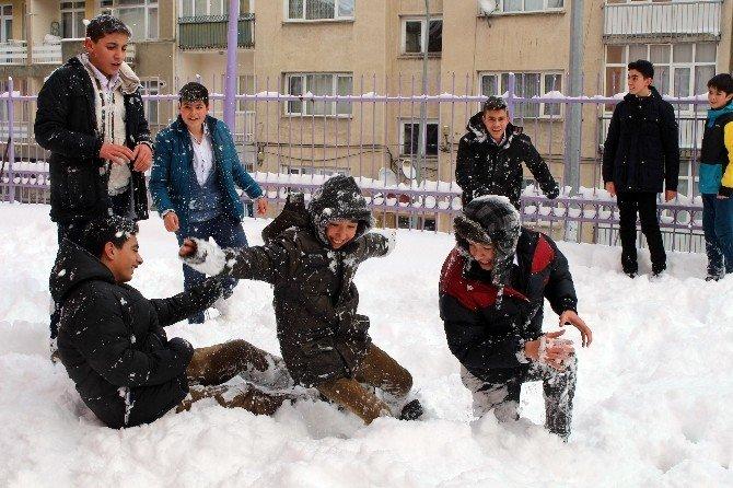 Kar Altında Kalan Doğu'da Çocuklar Kartopu Keyfi Yaşadı