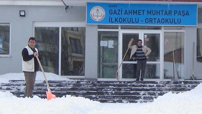 Kars'ta kar tatilinden öğrenciler mutlu olmadı!