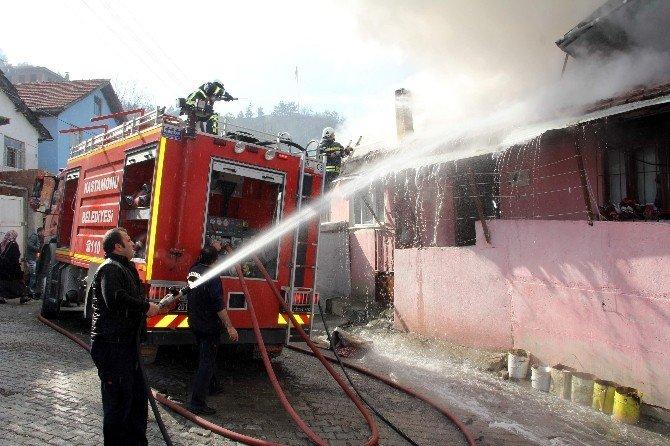 Evin İçerisinden Geçen Elektrik Direği Yangın Çıkardı