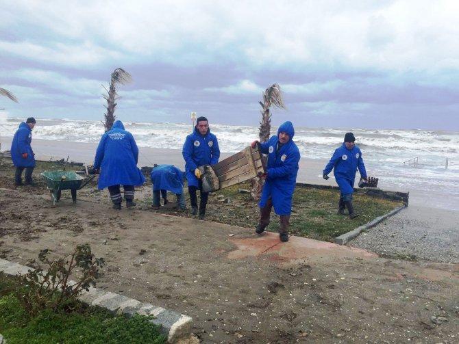 Fırtınanın yerle bir ettiği sahil temizlendi
