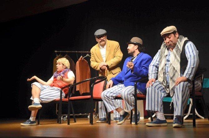 """""""Pijamalı Adamlar"""" Oyunu İzleyicileri Kahkahaya Boğdu"""