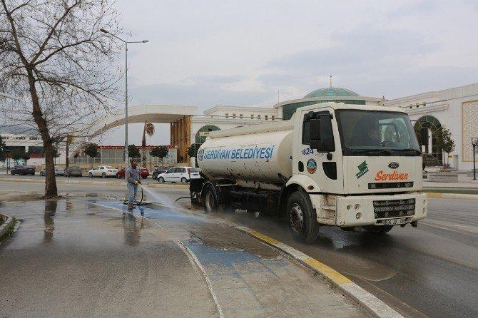 Serdivan'da Temizlik İşçileri Cadde Ve Ara Sokakları Temizliyor
