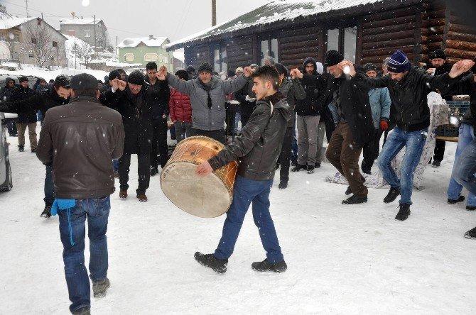 Koyulhisar'da Kış Şenliği Renkli Görüntülere Sahne Oldu