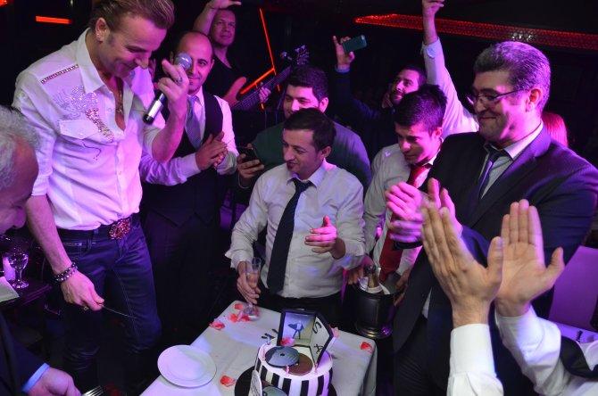 Soner Arıca, doğum gününü sahnede kutladı
