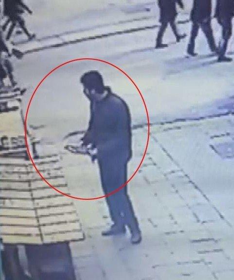 Taksim'de Soğukkanlı Hırsız Takı Tablasını Çalarken Kameralara Yakalandı