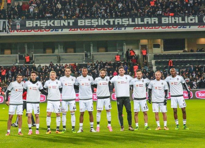 Beşiktaş'ın 'Gerçek Sponsorları' Vodafone Karakartal'lılar sahaya çıktı