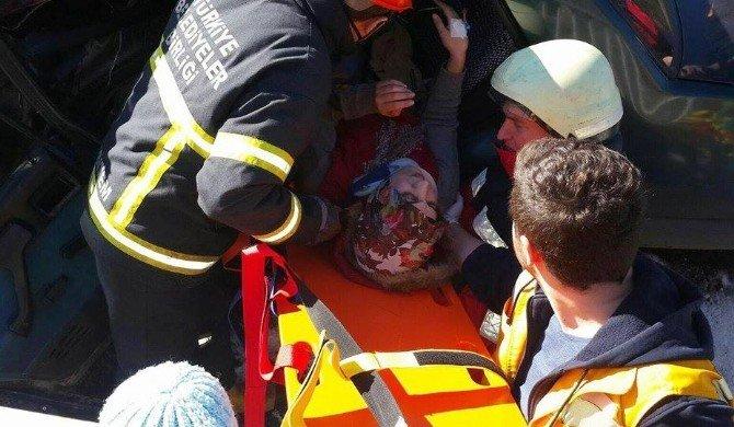 Bariyerler Otomobile Ok Gibi Saplandı: 1'i Ağır 4 Yaralı