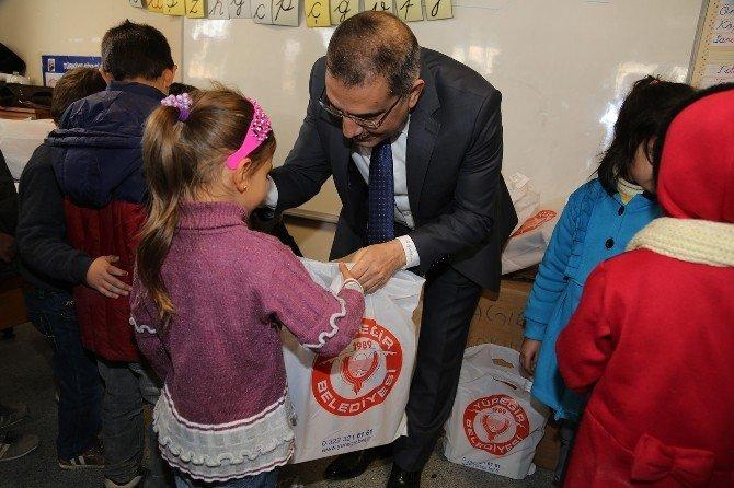 Yüreğir Belediyesi 3 Bin Öğrenciye Bot Dağıttı