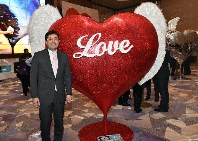 14 Ünlü İsim Kalp Heykellerine Duygularını Yansıttı