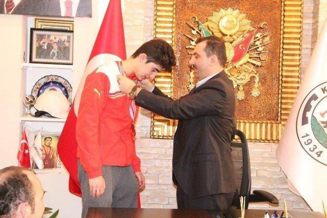 Sarıcaoğlu'ndan Tekvando Türkiye Üçüncüsüne Ödül
