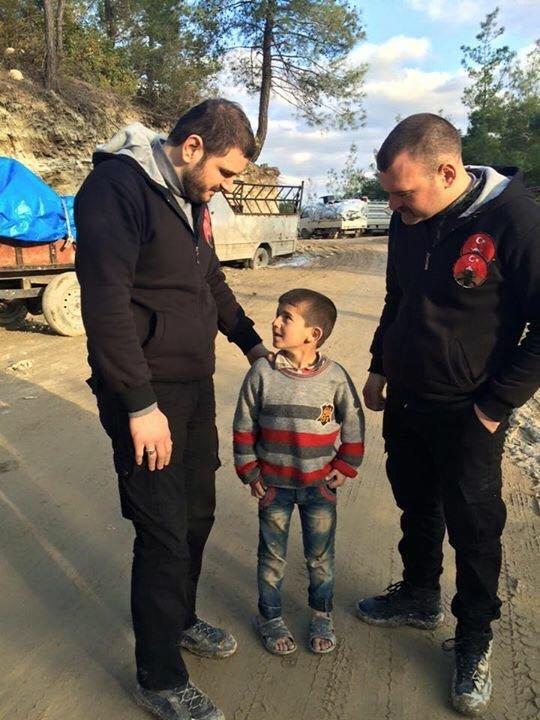 Bomba sesleri altındaki Türkmenlere yardım götürdüler