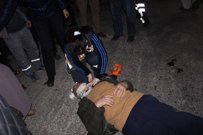 Yaşlı Adam İle O'nu Yoldan Karşıya Geçirmek İsteyen Şahıs Yaralandı