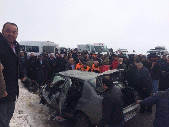 Otomobille Minibüs Çarpıştı: 3 Ölü, 1 Yaralı