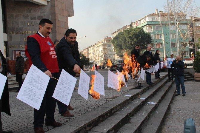 Mahkeme Kararlarını Milli Eğitim Önünde Ateşe Verdiler
