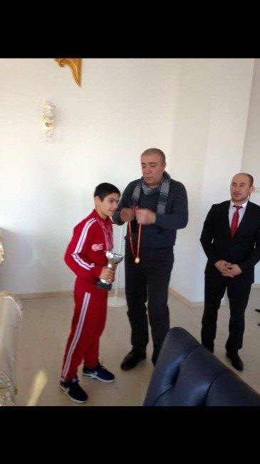 Şampiyon Güreşçiye Başkan Kılıç'tan Altın Hediye