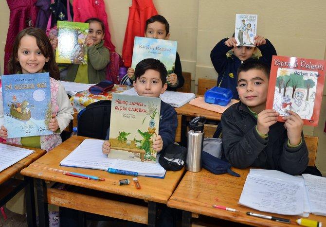 İzmir Büyükşehir Belediyesi bu okullara 10 bin kitap verecek