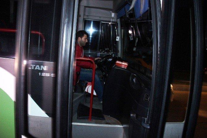 Halk Otobüsü Yolun Karşısına Geçmeye Çalışan Genç Kıza Çarptı