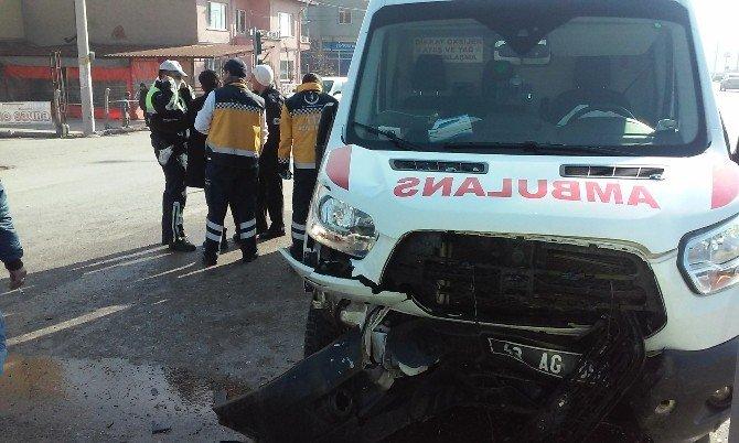 Otomobille Ambulans Çarpıştı: 4 Yaralı