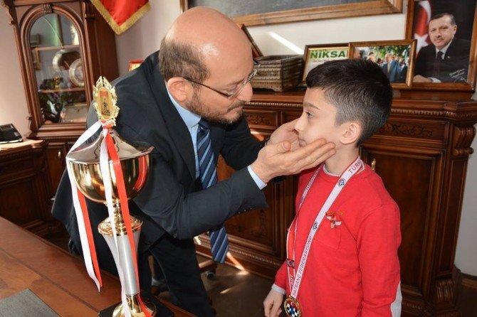 Minik Şampiyon Başkan Özcan'ı Ziyaret Etti