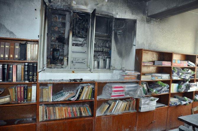 Okulun kütüphanesinde çıkan yangın korkuttu