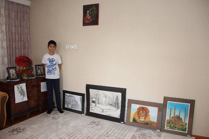 İlk Resim Sergisini Ailesine Açtı