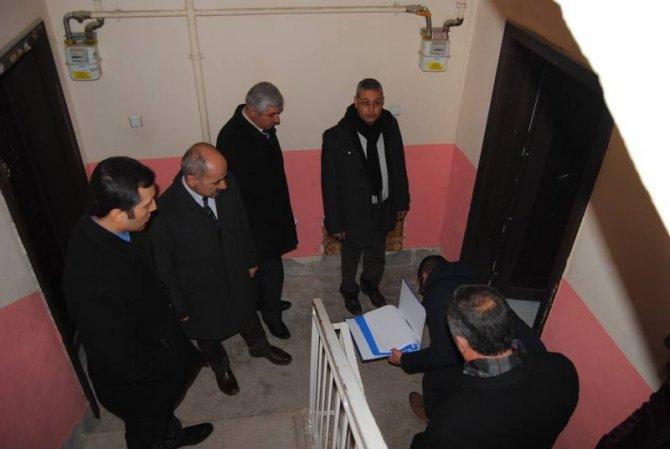 Kaymakam Şengök, depremde hasar gören konutları inceledi