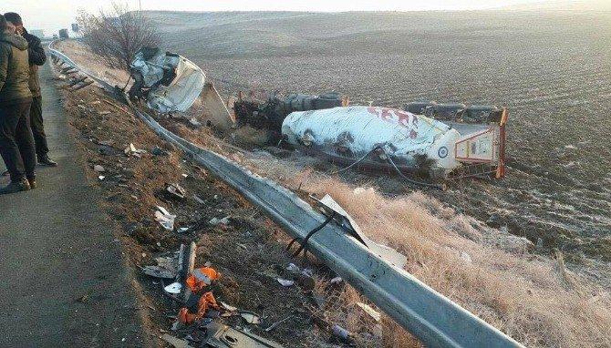 Ankara'da Otobüs İle Mozaik Yüklü Tır Çarpıştı: 8 Yaralı