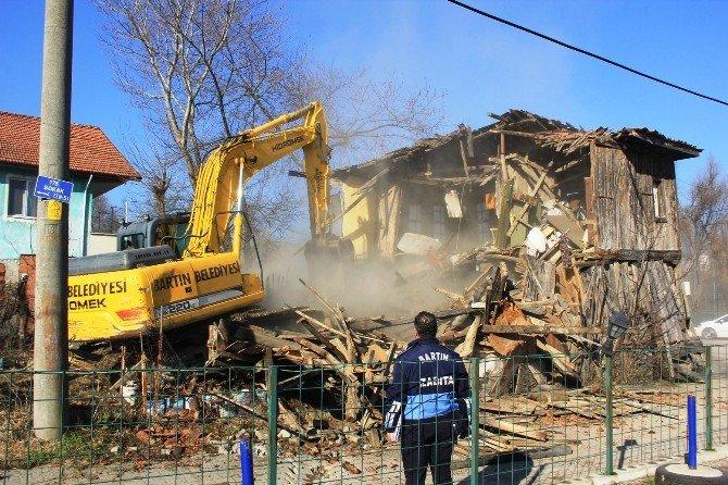 2 Katlı Ahşap Ev Belediye Ekiplerince Yıkıldı