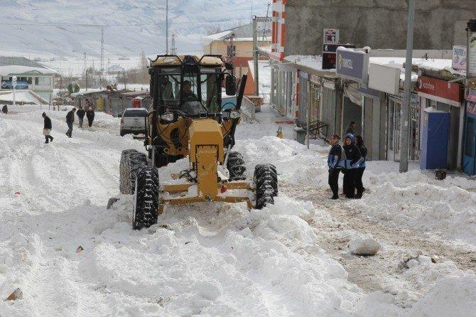 Başkale'de Kar Temizleme Çalışması