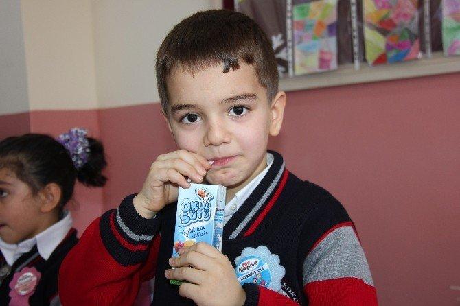 Bingöl'de Öğrencilere Süt Dağıtıldı