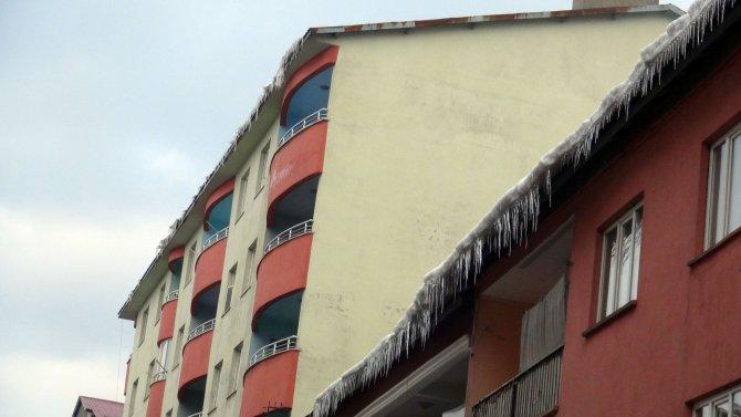 Çatılarda biriken kar ve buz sarkıtları tehlike saçıyor