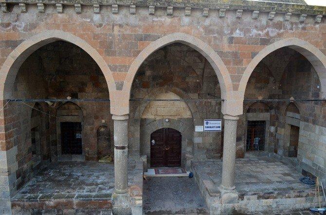 Tarihi Tuğrul Bey Camisi Definecilerin Hedefi Oldu