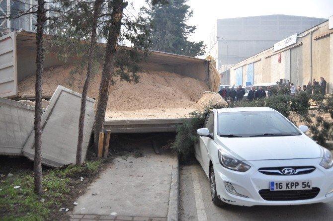 Tır Duvara, Duvar İse Araçların Üzerine Devrildi