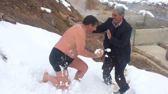 Sibirya Soğuklarında Sıcak Su Keyfi